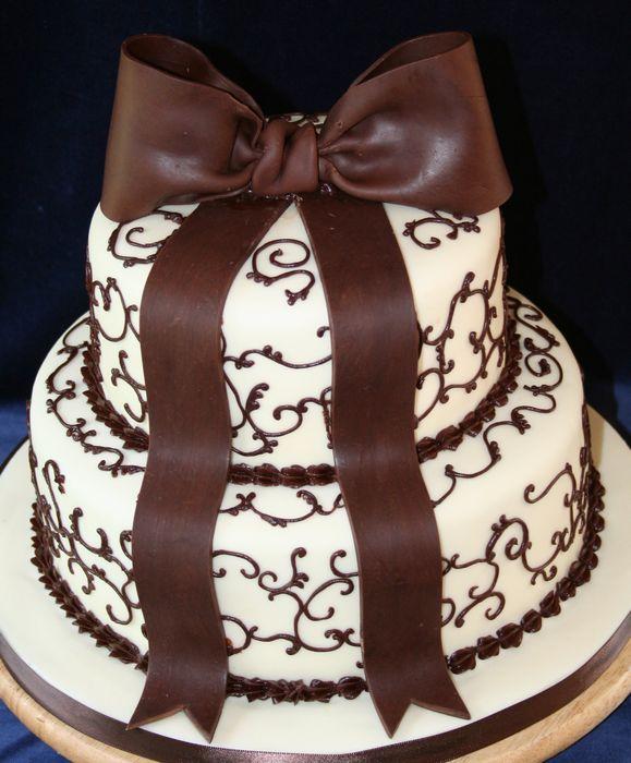 white%20chocolate%20cake%20with%20milk%20chocolate%20bow.jpg